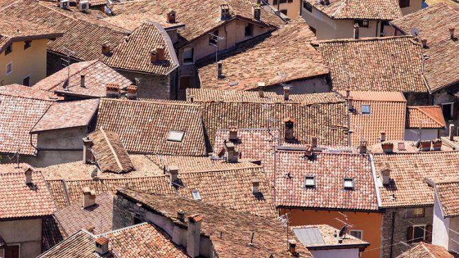 Die Wertermittlung einer Wohnimmobilie hängt nicht zuletzt vom Dach ab.