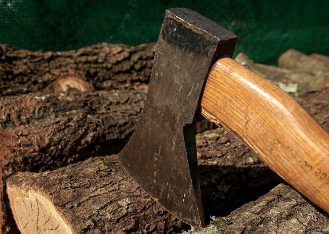 Holz spalten ist für viele eine ziemlich anstrengende_Arbeit.