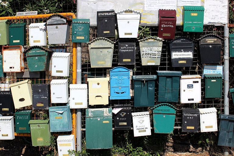 Ein Briefkasten in reichlich Gesellschaft