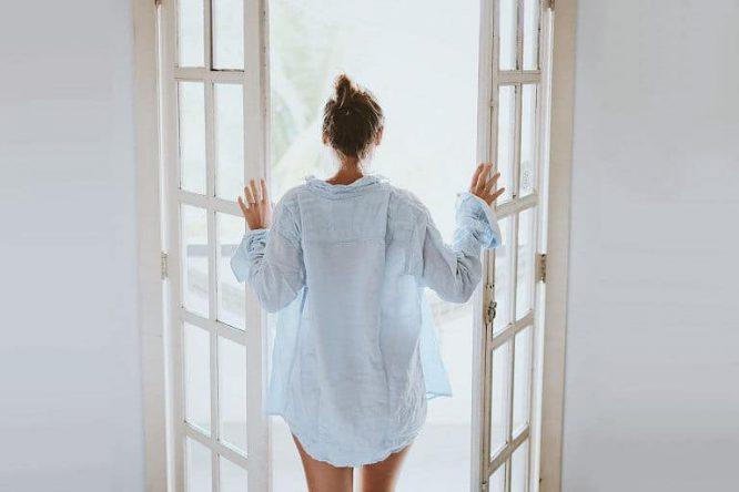 Frische Luft ins Zimmer am Morgen.