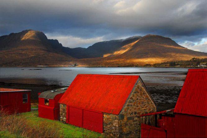 Leuchtend rotes Wellblechdach in Schottland - auch eine Augenweide