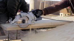 Säge- und Schleifarbeiten mit Holz fällt jede Menge Holzstaub an.