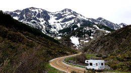 Wohnmobil in Winterlandschaft und Schnee fahrend