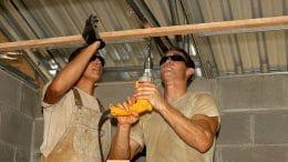Löcher bohren in Holz