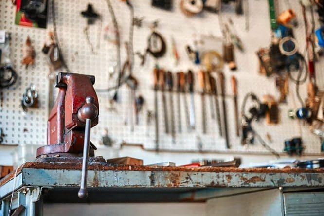 Werkstatt mit Schraubstock