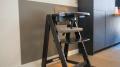 Eine Vertäfelung aus Kunststoff schützt die Wand vor Schmutz und Abnutzung.