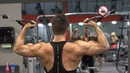 Fleiß im Fitnessstudio beugt Rückenproblemen vor, ergonomisches Arbeiten ebenso.