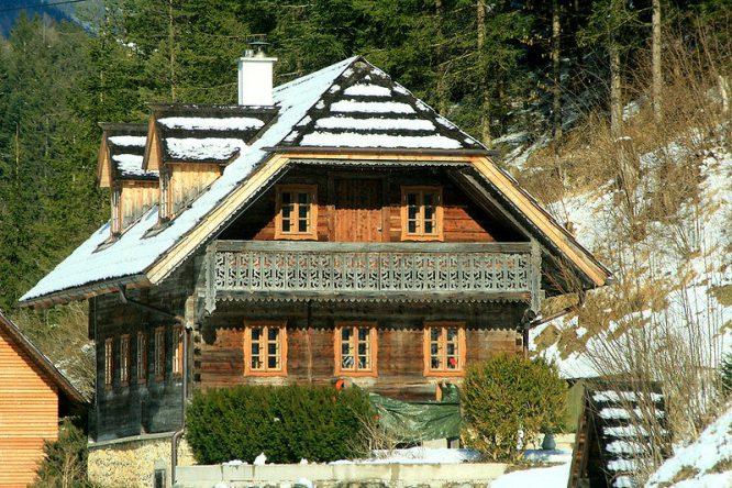 Ein schon älteres Haus - ganz aus Holz.