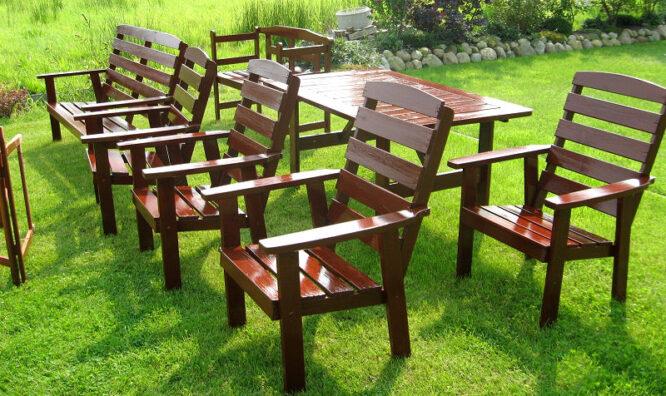 Wenn Gartenmöbel nicht mehr ganz fit sind, ist ein schnelles Handeln angesagt. Holzfarbe oder Lasur, um das Holz zu schützen, kommen in Frage.