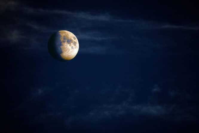 Welche Farbe passt zu gelb? - Zunehmender Mond, dreidimensional am Nachthimmel