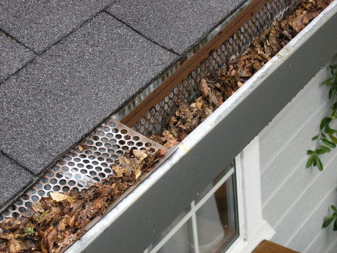 Ein Laubschutz für die Dachrinne muss natürlich richtig sitzen, damit er die Rinne auch schützt vor Laub.