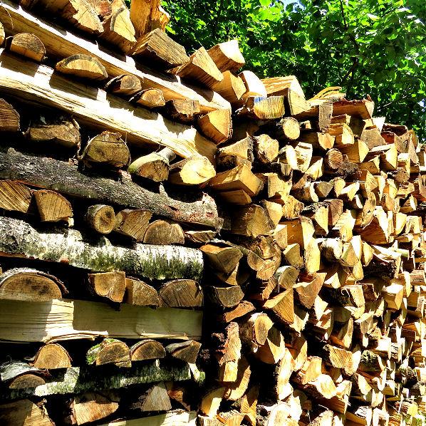 Das Holz zum Trocknen richtig stapeln.
