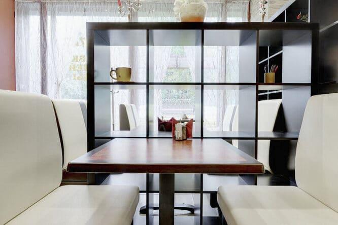 Das Regal ist zum Beispiel für ein Wohnzimmer geeignet.