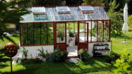 Ein Gewächshaus lässt sich auch gut mit Stegplatten aus Acrylglas realisieren.