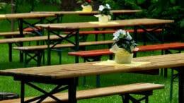 Platzsparende Möbel für eine Gartenparty