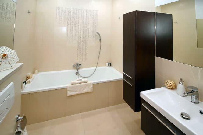 Die Möbel im Bad müssen resistent gegen Feuchtigkeit sein.