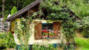 Kleines Gartenhaus - naturnah könnte man sagen.