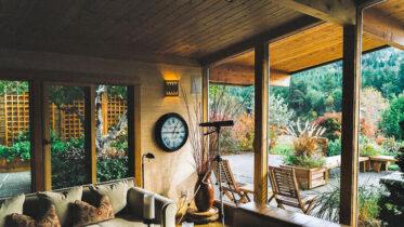 Es gibt viele Möglichkeiten, seine Terrasse am Haus mit Holz zu gestalten.