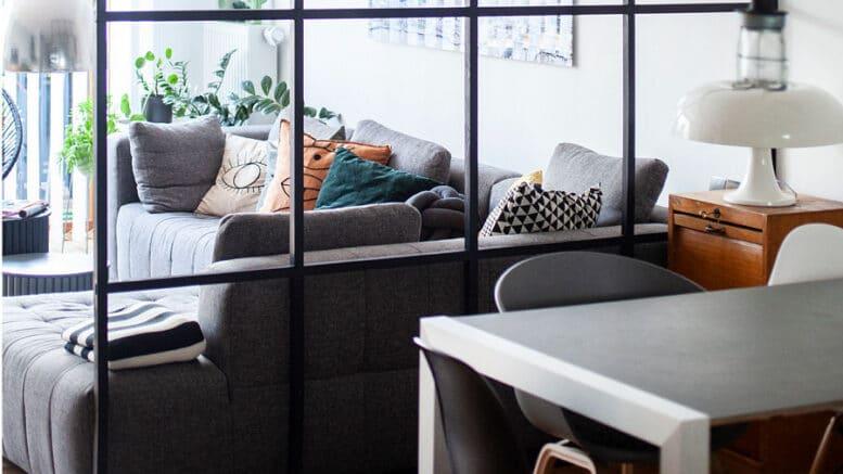 Wohlfühlatmosphäre im Wohnzimmer mit einem typischen Element des Industriestyle