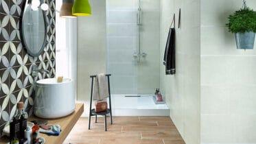Fliesen im Holzoptik sind im Bad besonders praktisch.
