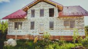 Auch ein solches Haus baut man nicht allein - neben Bezahlung passt auch ein nettes Dankeschön an die Bauhelfer.