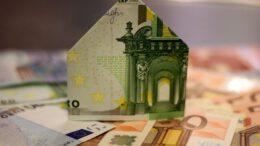 Beim Hausbau fallen meist Darlehen und damit Zinsen an - doch im Zuge der Niedrigzinspolitik stieg die Zahl der Hauskäufe und Bauvorhaben stetig an.