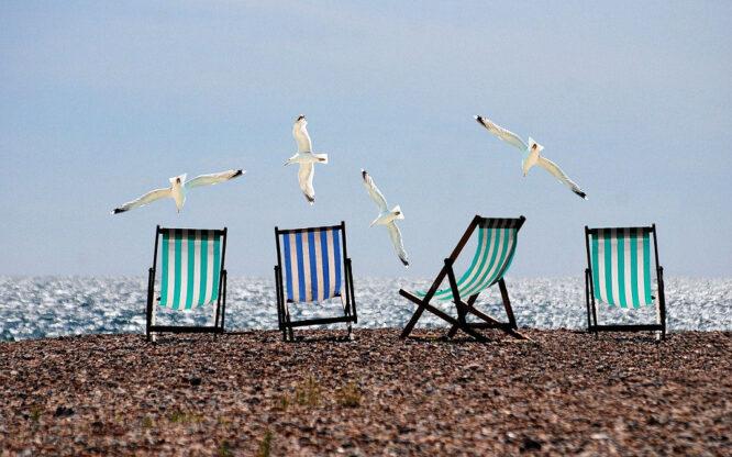 Liegestühle am Strand - wie so oft in Streifendesign.