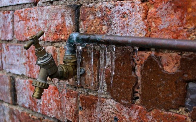 Einen Wasserschaden rechtzeitig zu erkennen ist entscheidend - das betrifft auch die Rohre am Haus.