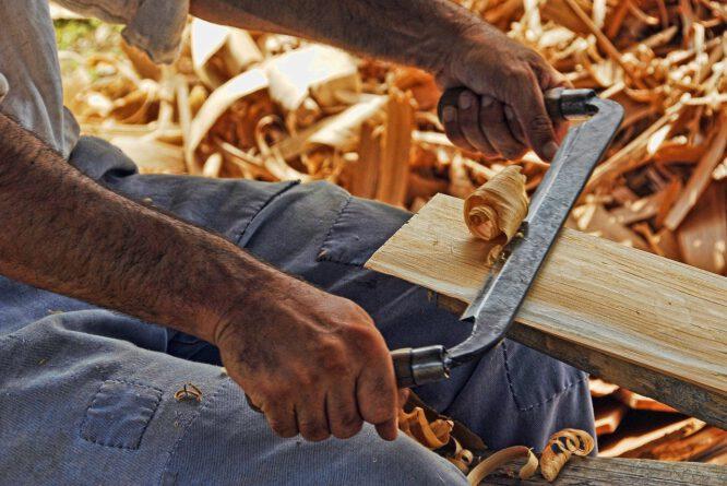DIY Handwerker zu werden kann man lernen. Hobeln zum Beispiel.